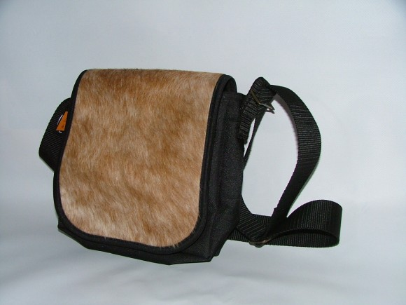 Handtasche Inge mit echtem Kuhfell  . Diese Tasche ist aus hochwertigem Cordura hergestellt und hat eine Wechselklappe aus echtem Kuhfell